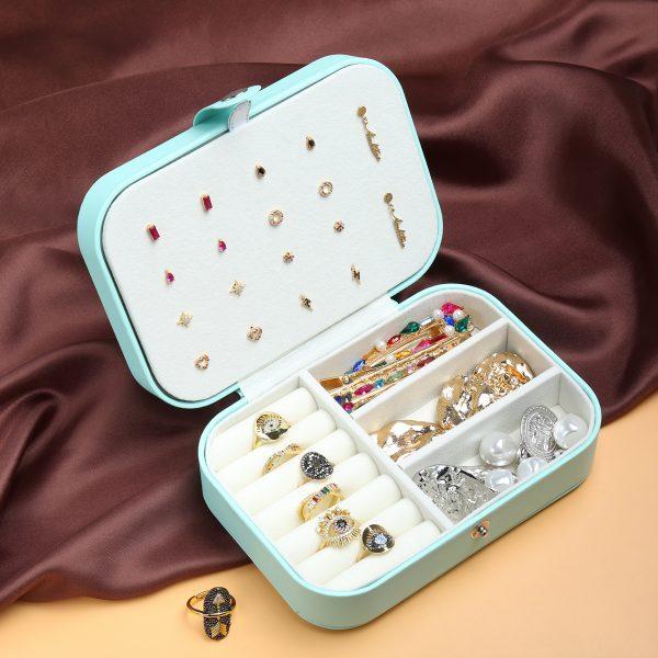 jewelry box met sieraden pastel groen